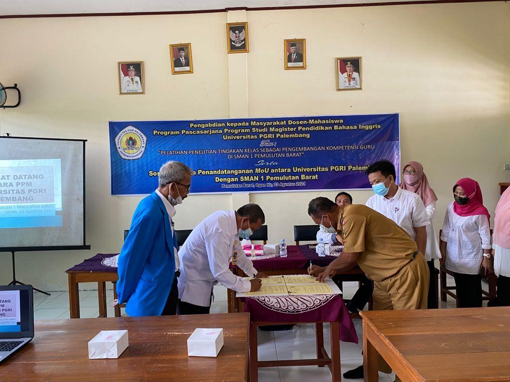 Tim Dosen PPs Universitas PGRI Palembang Beri Pelatihan PTK di SMAN Pemulutan Barat